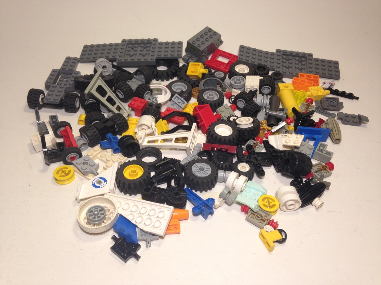 LE036 LEGO VINTAGE VEHICLE PARTS TYRES PULL-BACK MOTOR